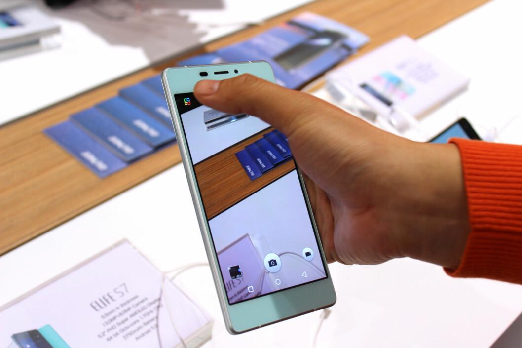 "<b>PERFEKT FOR SELFIES""</b> Også denne mobilen har et frontkamera som skal være godt egnet for selfies.  Foto: KIRSTI ØSTVANG"