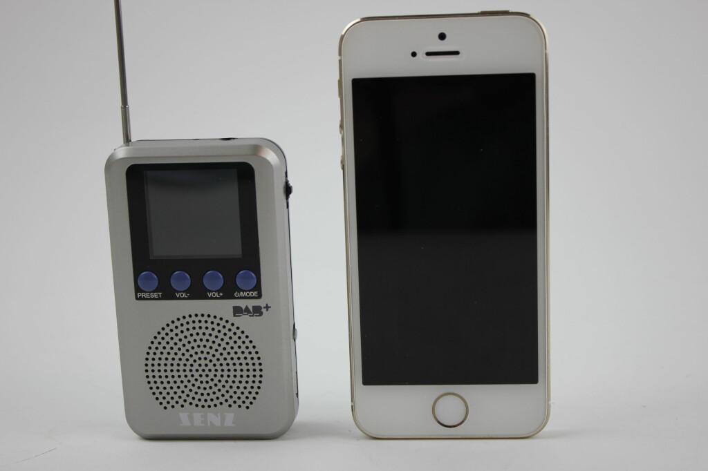 MED MOBIL: Radioen rager om lag to tredeler så høyt som en iPhone 5S. Foto: TORE NESET