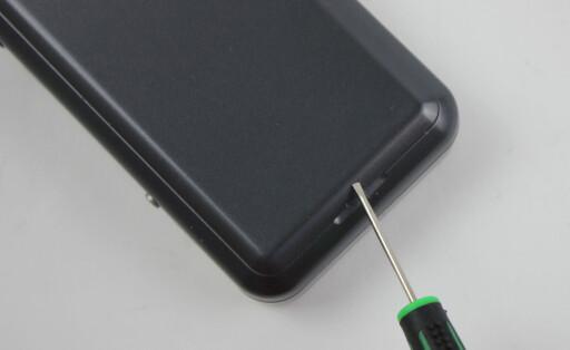 HARD: Batterilokket lot seg bare åpne ved hjelp av verktøy. Foto: TORE NESET