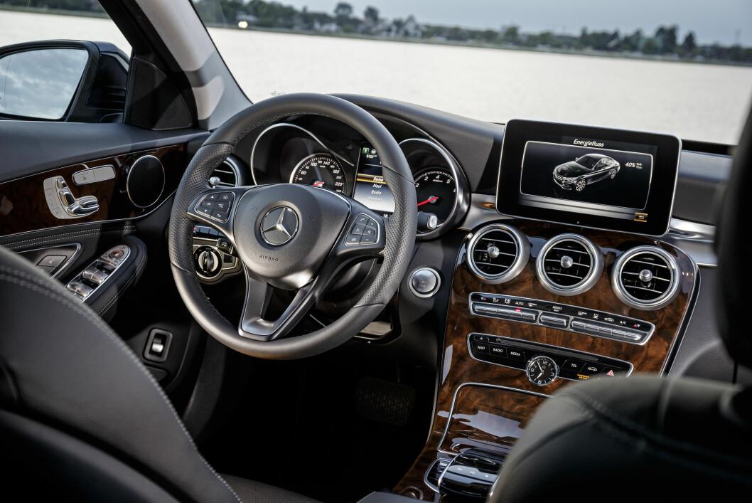<strong><b>UTVILSOMT PREMIUM:</strong></b> Interiøret i Mercedes C 350 e. Foto: DAIMLER