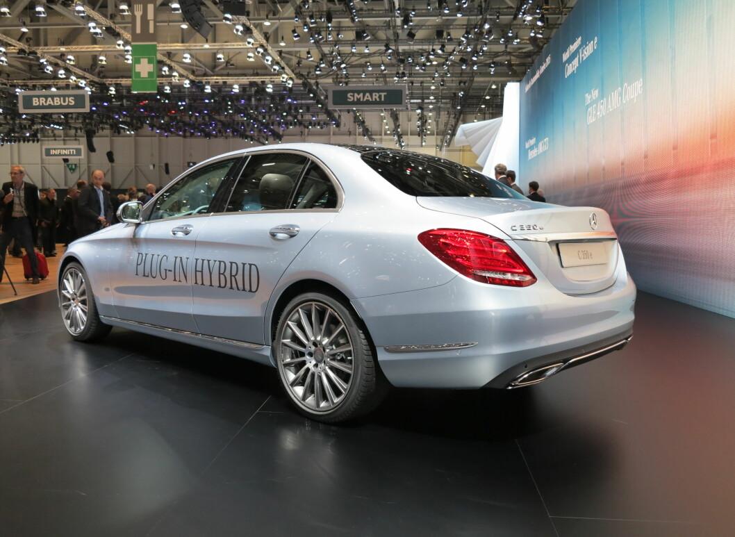 <strong>MILJØSTRATEGI:</strong> Sentralt plassert på Genève-messen, skal den ladbare hybriden (offisielt 48 gram CO2 per kilometer), vise at Mercedes jobber for lavere utslipp. Foto: FRED MAGNE SKILLEBÆK