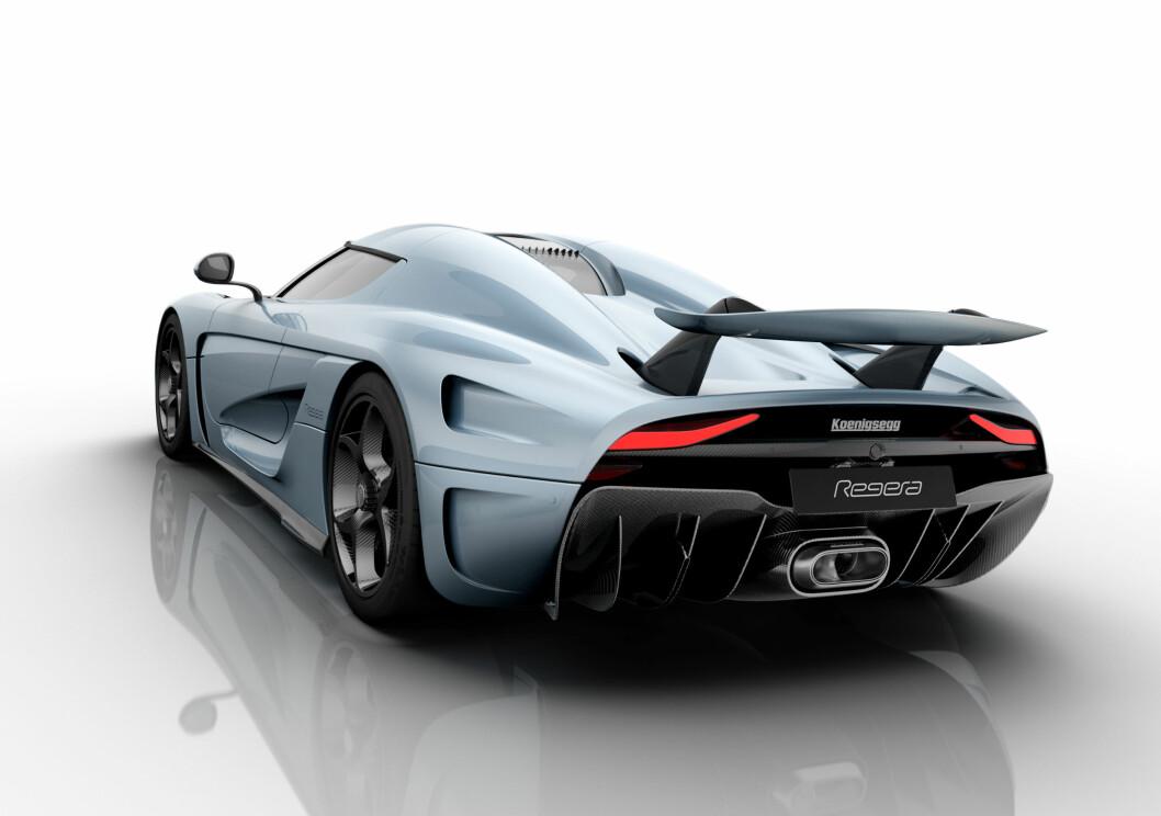 <strong><b>HELAUTOMATISK:</strong></b> I motsetning til One:1 can Regera ta ned spoileren bak. Dette for å gi bilen et penere og mer lukseriøst utseende når den står parkert.Bilens eksosanlegg i titanium er også spesielt, og lyden er spesialdesignet av Akrapovic.  Foto: KOENIGSEGG