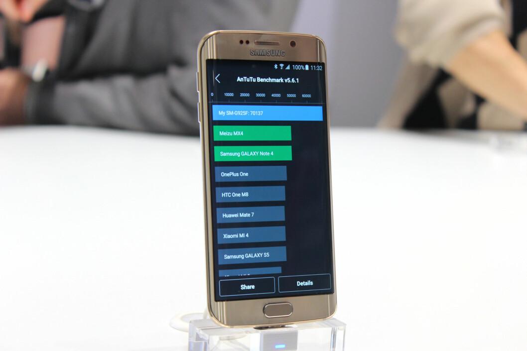 <strong><b>DET GÅR UNNA:</strong></b> Samsungs egenutviklede Exynos-prosessor på åtte kjerner ser ut til å løpe fra de andre på markedet. Den blå stripen indikerer hvor langt foran S6 Edge ligger foran konkurrentene i ytelsestesten Antutu. Foto: KIRSTI ØSTVANG
