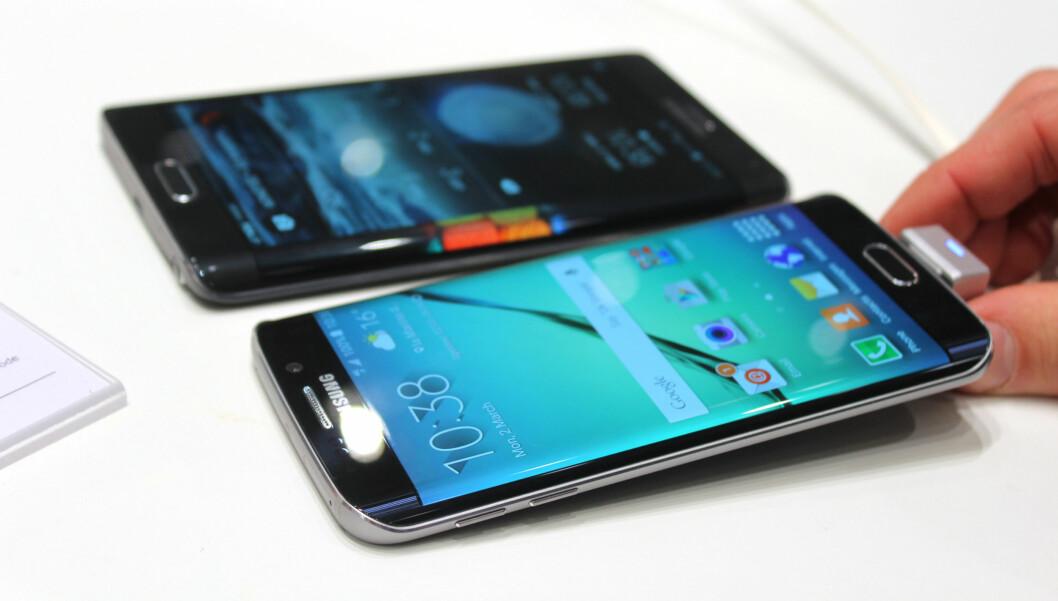 <b>ER TO BEDRE ENN ÉN?</b> Med Galaxy S6 Edge får i hvert fall venstrehendte skjermkanten på riktig side. Foto: KIRSTI ØSTVANG