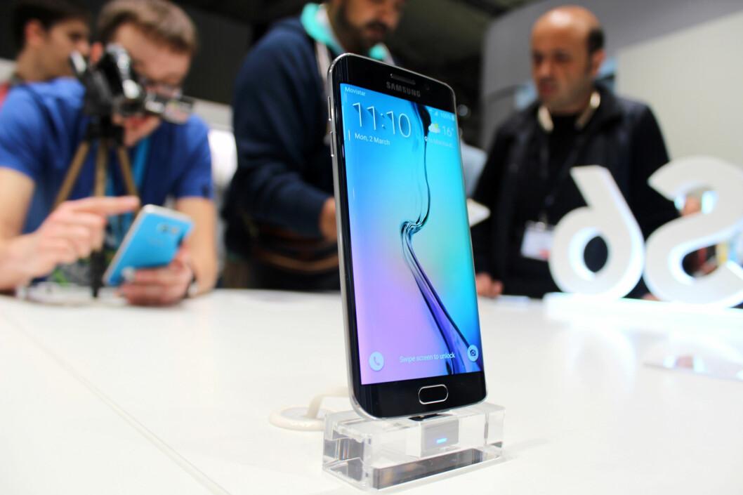 <strong><b>LEKKER:</strong></b> Samsungs nye toppmodell ser ut til å bli den store snakkisen på årets Mobile World Congress i Barcelona. Den buede kantskjermen ser virkelig futuristisk ut. Foto: KIRSTI ØSTVANG