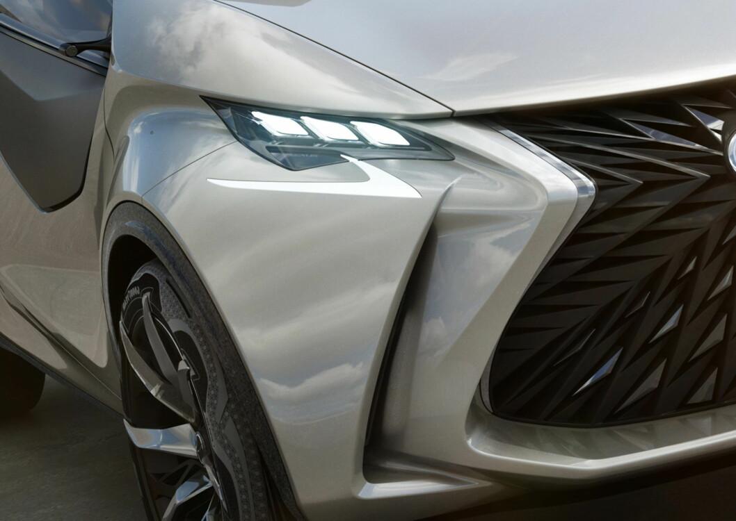 <strong><b>DETALJ:</strong></b> L-finesse kalles designspråket til Lexus. For vår del ser vi ikke helt finessen, men tøft er det. Foto: LEXUS