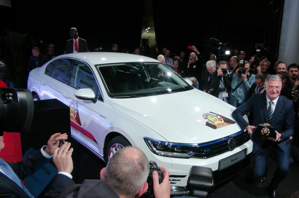 <b>DET BLE PASSAT:</b> Her holder utviklingssjefen i Volkswagen, Heinz-Jakob Neusser, stolt frem Car of the Year (COTY)-trofeet foran familiebilen som ble årets vinner. Foto: FRED MAGNE SKILLEBÆK