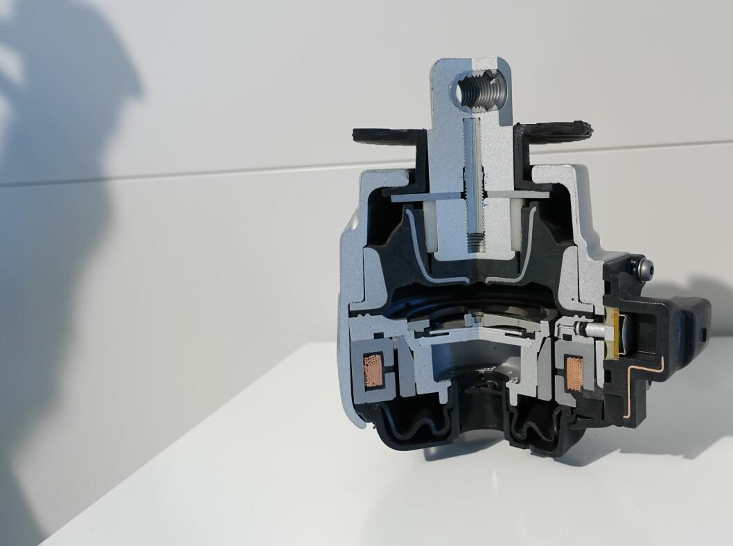 <strong><b>AVANSERTE MOTORFESTER:</strong></b> På S-modellen er kreftene så drøye at Mercedes valgte å lage avanserte motorfester som endrer karakteristikk ved hjelp av olje med magnetpartikler som endrer viskositet ved tilførsel av strøm. Hvor stive de blir avhenger av gasspådrag, g-krefter osv. osv. Foto: RUNE M. NESHEIM