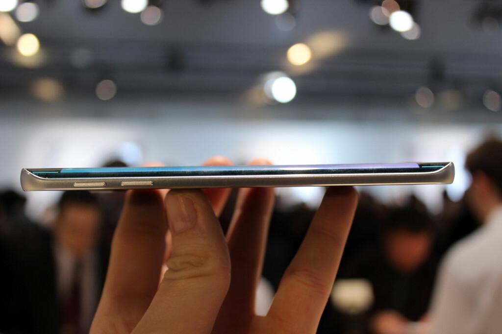 SLANK: Både Galaxy S6 og S6 Edge er slanke mobiler, men sistnevntes buede skjermkant gjør at den er enda litt tynnere. Det merkes godt når den ligger i hånden. Foto: KIRSTI ØSTVANG