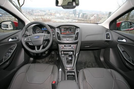 <strong><B>KNAPPER OG MENYER:</strong> </B>Litt rotete og uoversiktlig er stikkordene om interiøret i Ford Focus. Foto: KNUT ARNE MARCUSSEN