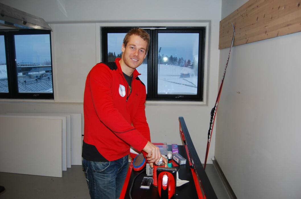 <strong><strong>SMØREEKSPERT:</strong></strong> Skiforeningens Lars Amund Toftegaard gir oss en grundig innføring i hvordan man smører skiene. Foto: THOMAS STRZELECKI