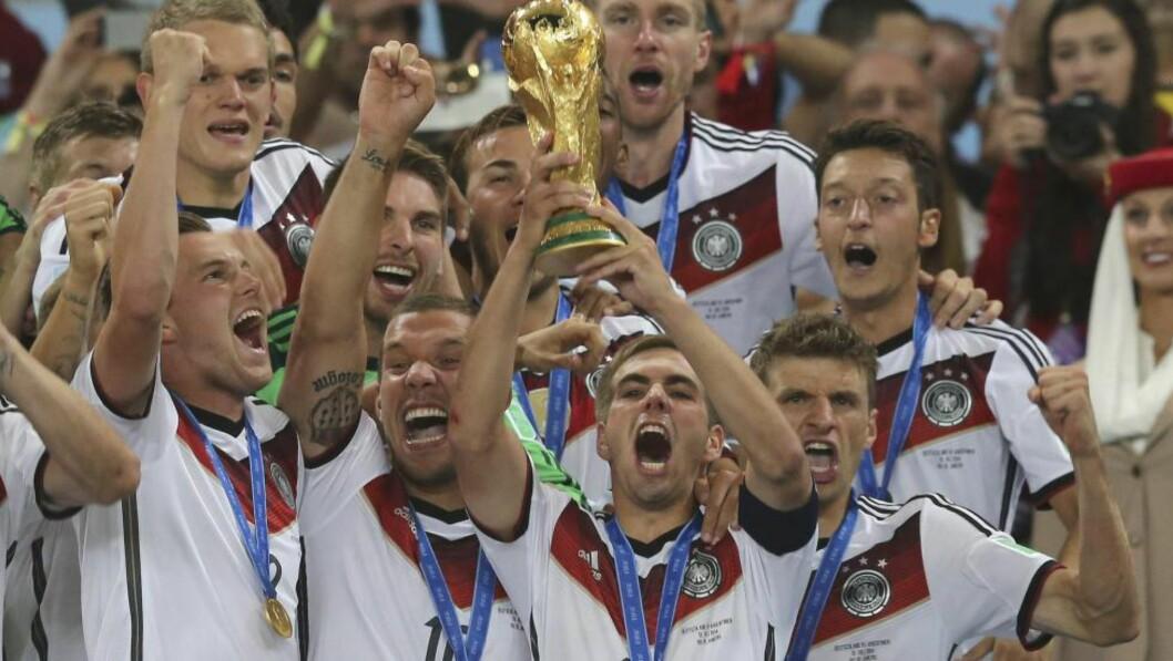 <strong>PÅ TOPP:</strong> Tysklands kaptein Philipp Lahm løfter VM-trofeet sammen med lagkameratene etter finaleseieren mot Argentina sist søndag. Foto: Marcelo Sayao, EPA / NTB Scanpix