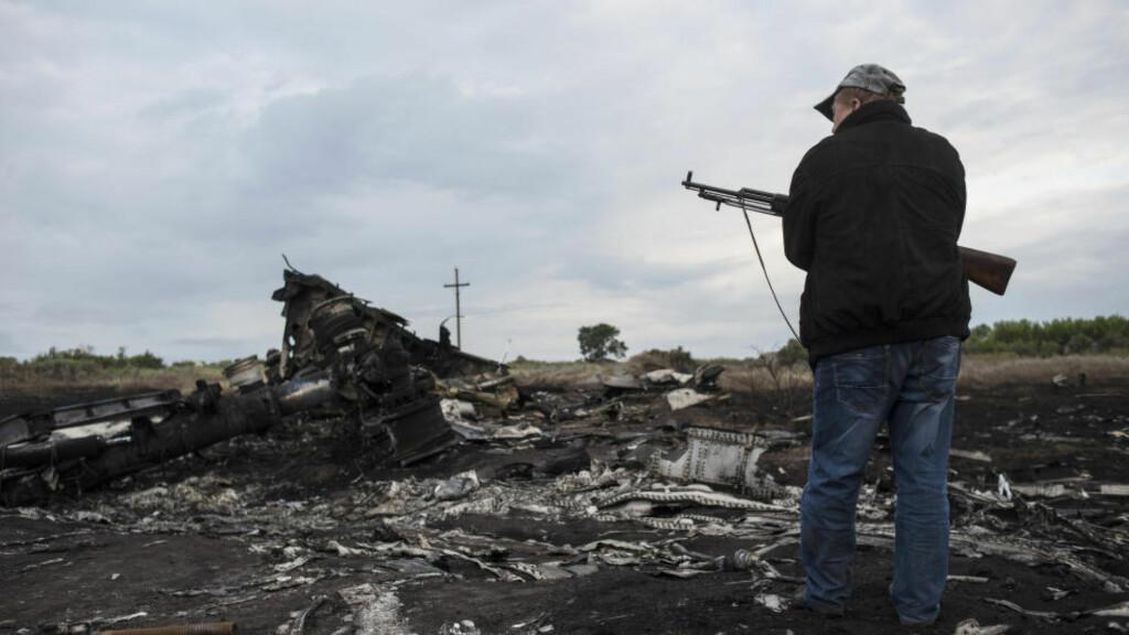 I HARDT VÆR: Russiske myndigheter er i hardt vær. En twitterrobot har registrert at de har endret opplysningen i Wikipedia-artikkelen om flight MH 17. Foto: (AP Photo/Evgeniy Maloletka)