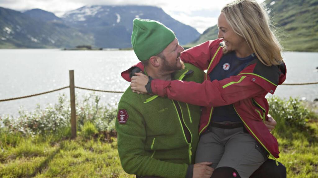 FRITT FRAM:  Robert Bjørklund er godt kjent med den grønne luemerkingen. Her er han på Vinjerock i Jotunheimen med en god venninne. Foto: ELIN HANSSON / DEN NORSKE TURISTFORENING