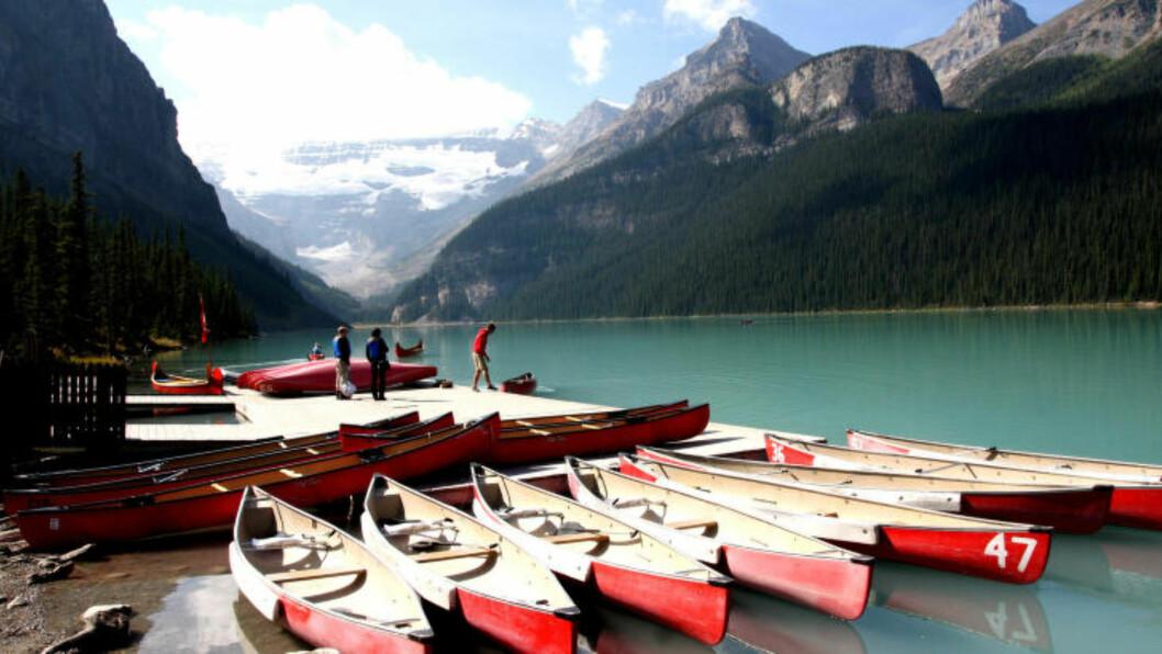 <strong>POPULÆRT:</strong> Lake Louise er et populært motiv for mange kameralinser. Her det godt tilrettelagte stier rundt vannet. Du kan også leie deg en kano eller gå en tur til en av toppene rundt. Foto: PETTER LØKEN