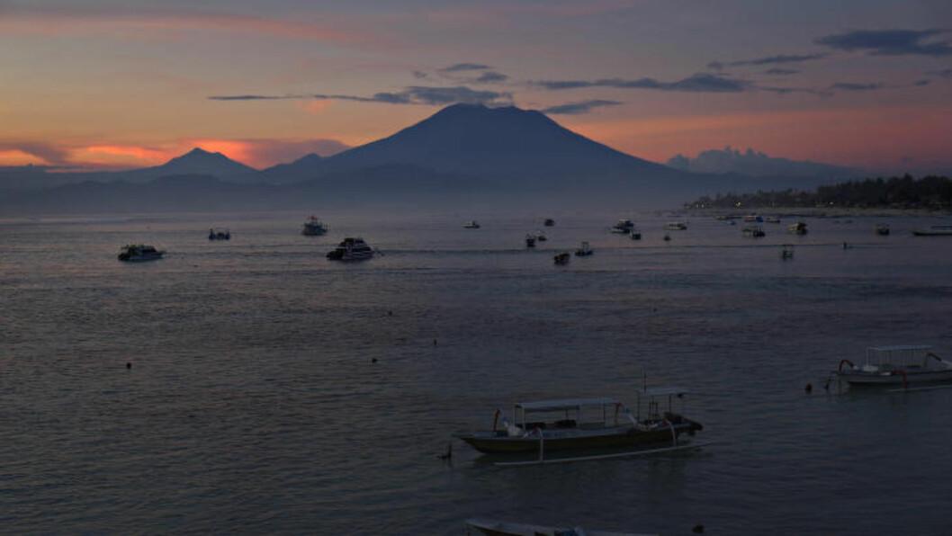 IMPONERENDE: Mt. Agung troner i solnedgang på Bali. Foto: ANITA ARNTZEN