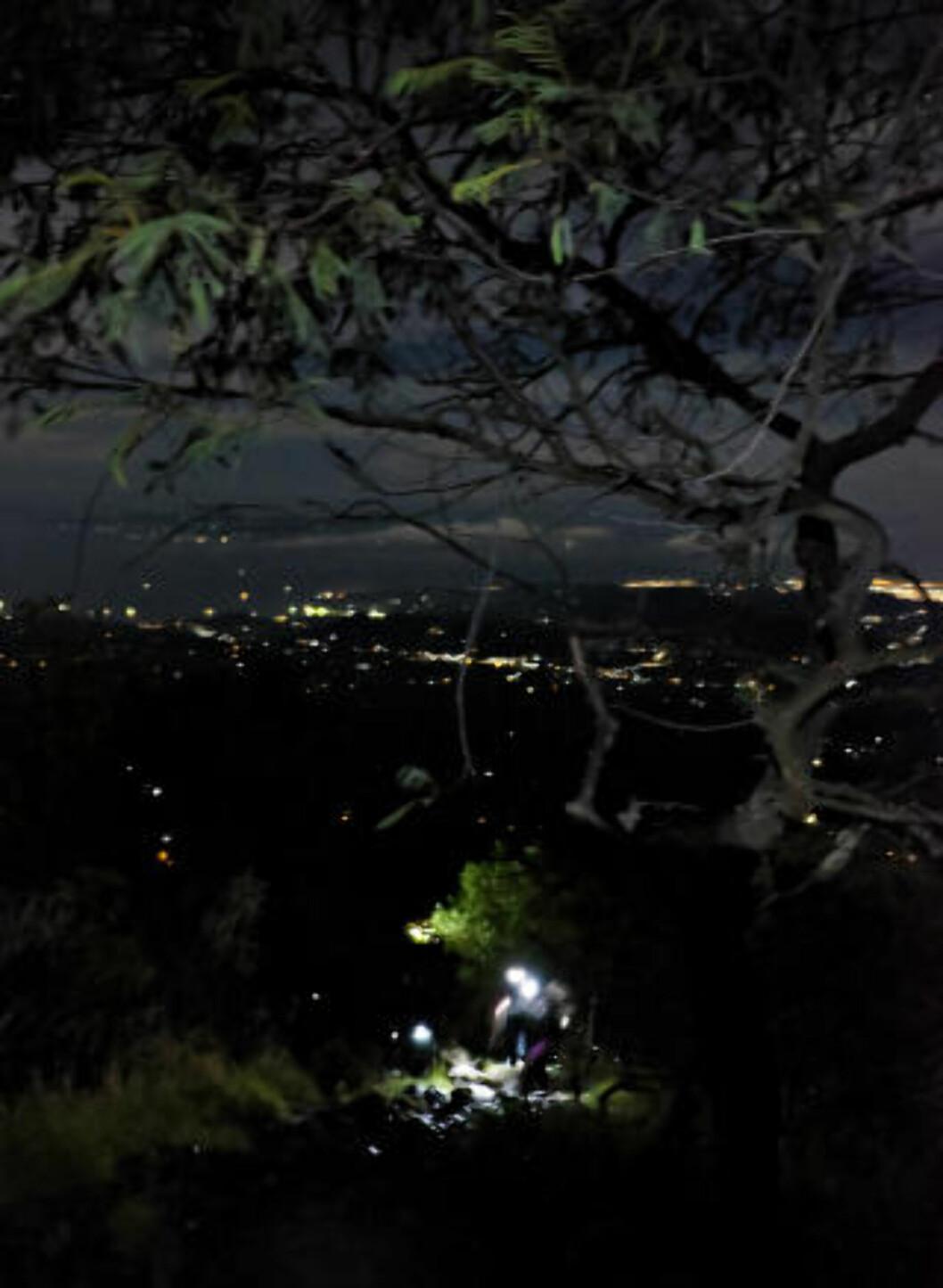 LYSER OPP: Som ildfluer beveger vi oss sakte oppover vulkansiden, mens lysene fra Denpasar lyser opp horisonten. Foto: ANITA ARNTZEN