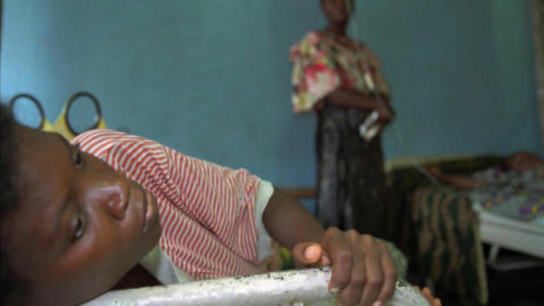 <strong>UTBRUDD i 1995:</strong> Også i 1995 var det utbrudd av ebola-viruset i deler av Afrika. Her er et bilde fra den gang av en kvinne som har mange av de klassiske tegnene på sykdommen, inkludert høy feber, blodig diaré og hodepine. Foto: AP Photo/Jean-Marc Bouju