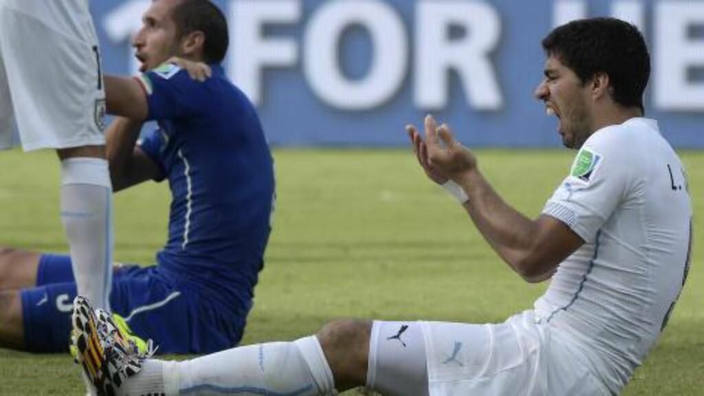 GLEFS: Luis Suarez (t.h) nektet først for bitingen av Giorgio Chiellini. Foto: AFP / DANIEL GARCIA / NTB SCANPIX