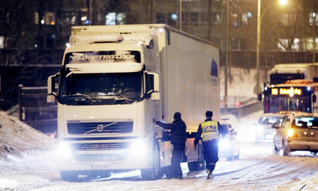<strong> UVANTE FORHOLD:</strong>  Mange utenlandske vogntogsjåfører kjører for lønn som Yrkestransportforbundet kaller for sosial dumping. Her et spansk vogntog som trenger hjelp på uvant vinterføre på Ryen i Oslo. Foto: Håkon Mosvold Larsen, NTB Scanpix.