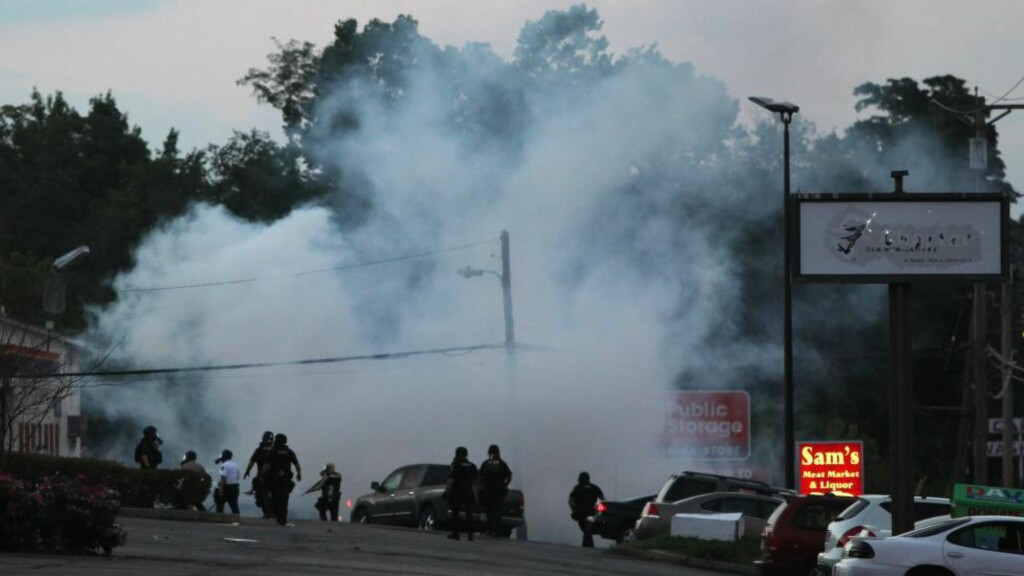 BRUKTE TÅREGASS:  Opprørspoliti tok i bruk tåregass mot hundrevis av ungdommer som samlet seg i St. Louis-forstaden Ferguson. Foto: AP Photo/St. Louis Post-Dispatch, Robert Cohen