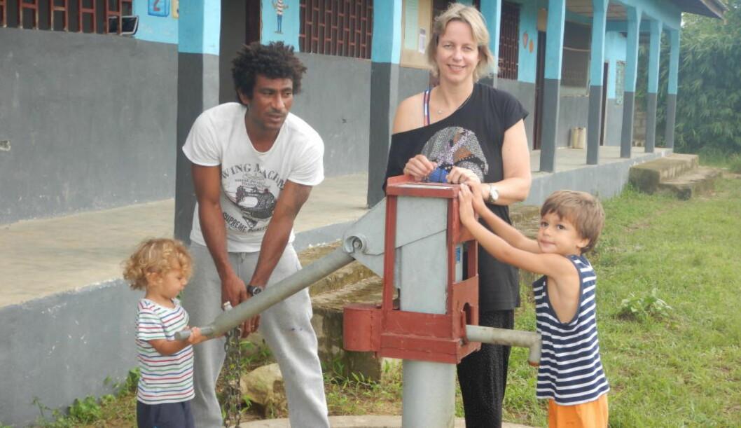 <strong>INNESPERRET:</strong>  Den norske veterinæren Lena Dagsvold (38), ektemannen Gus Dackie (34) og sønnene  Benjamin (2) og Michael (4) befinner seg  i familiens hus i utkanten av hovedstaden Monrovia i Liberia. Familien er nå desperat etter å komme seg ut av det ebola-rammede landet, men forteller at stengte landegrenser, skyhøye flypriser og kansellerte avganger gjør det vanskelig. En Facebook-aksjon ser imidlertid ut til at mor og barn kan reise hjem til Norge allerede denne uka. Foto: Privat