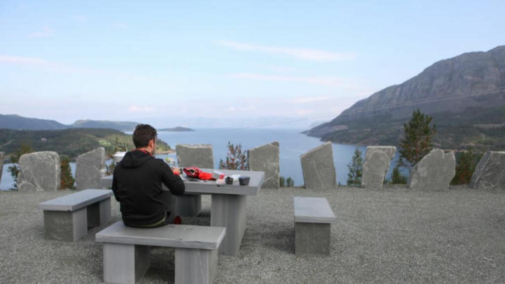 INGEN PAUSE: Det blir ingen pause til å nyte utsikten over Altafjorden for rytterne da de skal sykle mot Kvænangsfjellet. Foto: Kjetil R. Anda / procycling.no