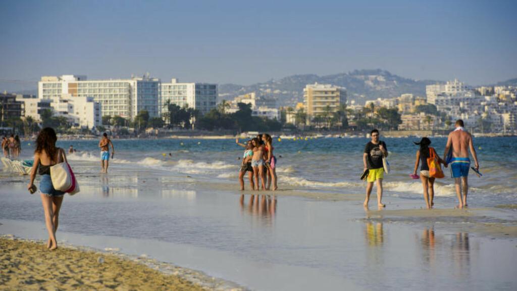 BYSTRANDA: Playa d'en Bossa er den populære hovedstranda på Ibiza, med oppgraderte hoteller, strandbarer, chilloutsteder og restauranter. Foto: JOHN TERJE PEDERSEN
