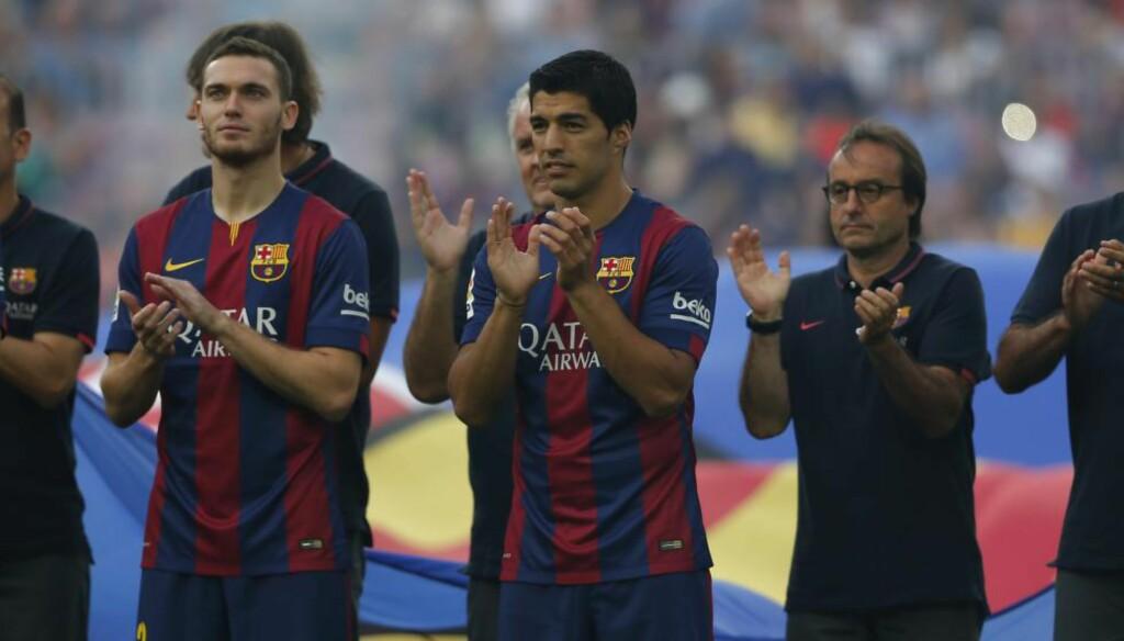 HYLLET: Luis Suarez (i midten) fikk en varm velkomst da han ble presentert som Barcelona-spiller på Camp Nou før treningskampen mot meksikanske Leon i kveld. Her står han sammen med en annen Barce-debutant, Thomas Vermaelen. Foto: Emilio Morenatti / AP / NTB Scanpix