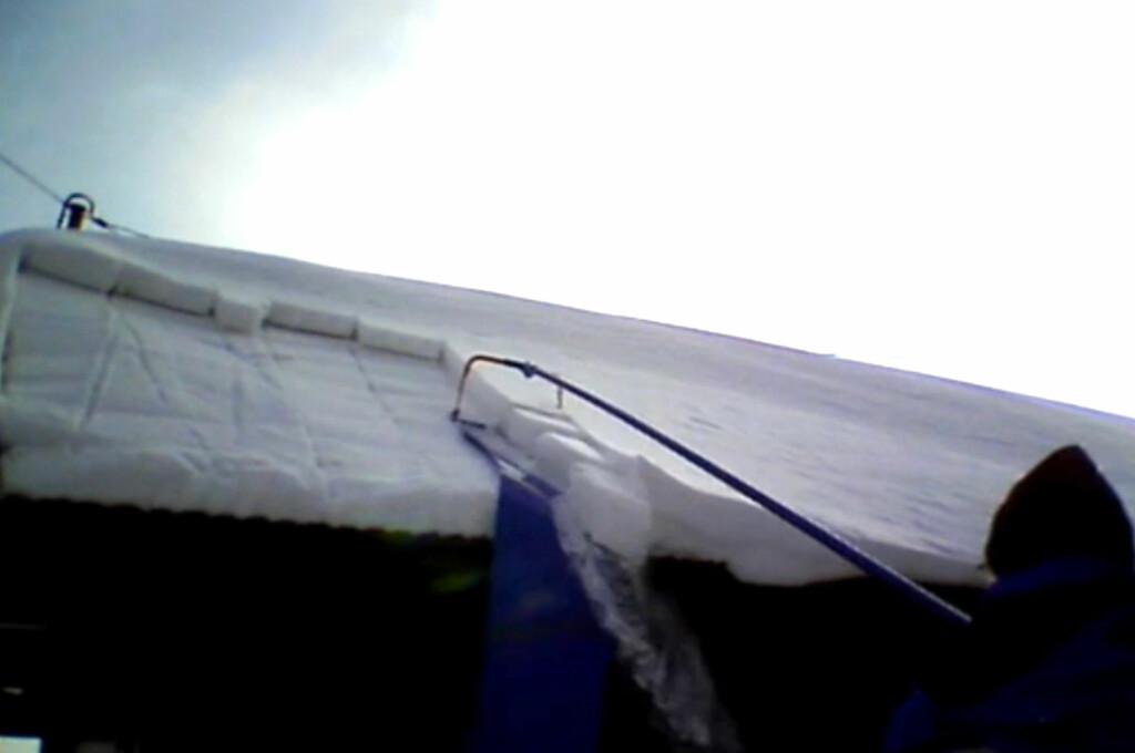 <b>SKLIR AV:</b> Med slike produkter kan du stå på bakken og rutsje snøen av taket. Foto: BRYNJULF BLIX