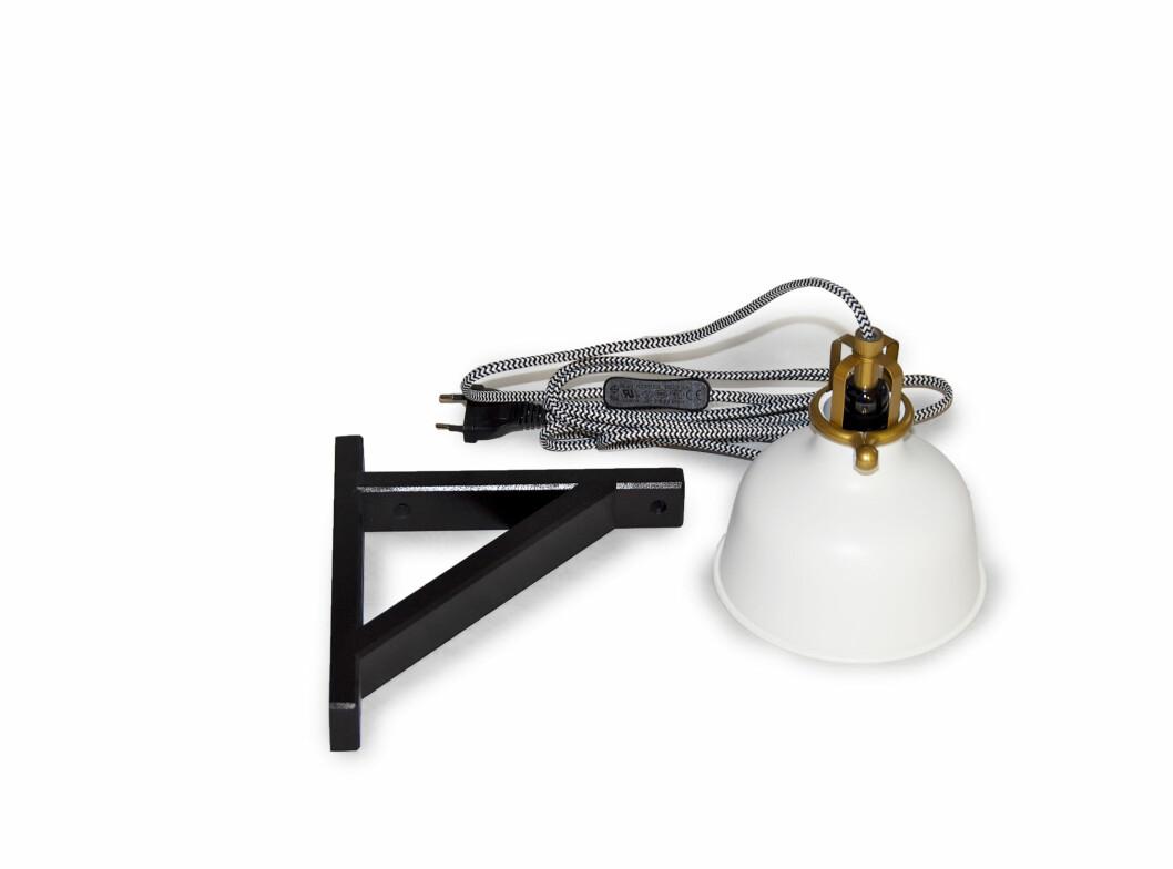Endresen har brukt en hylleknekt fra Ikea (Ekby Valter, 15 kroner) og Ranarp klemmespot (229 kroner). Foto: Erik Hannemann/Siv Endresen/Spetakkel Forlag