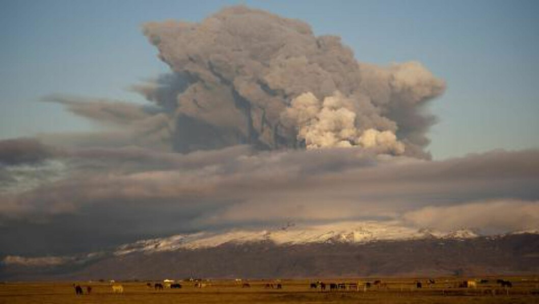 ASKESKY: Dette bildet viser askeskyen som oppstod da Eyjafjallajökull-vulkanen hadde utbrudd i 2010. Da ble flytrafikken i Europa rammet i flere uker. Foto: EPA/S. Olafs/NTB scanpix