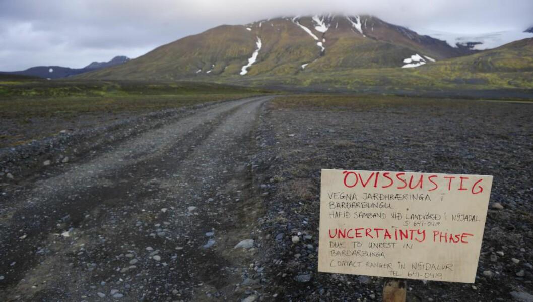 BARDARBUNGA: Et varselskilt på veien til Bardarbunga-vulkanen på Island advarer mot aktivitet i området. Islandske geologer har delte meninger rundt når et eventuelt utbrudd kan komme til skje. Foto: REUTERS/Sigtryggur Johannsson/NTB scanpix