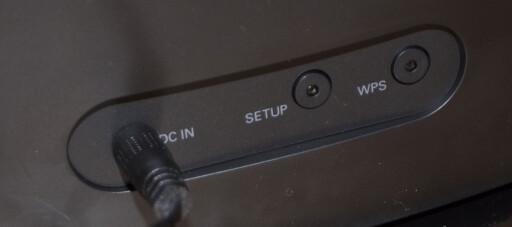 KNAPPER PÅ BAKSIDEN: Setup-knappen kargjør høyttaleren for Spotify, mens WPS-knappen forbinder den til nett. Foto: TORE NESET