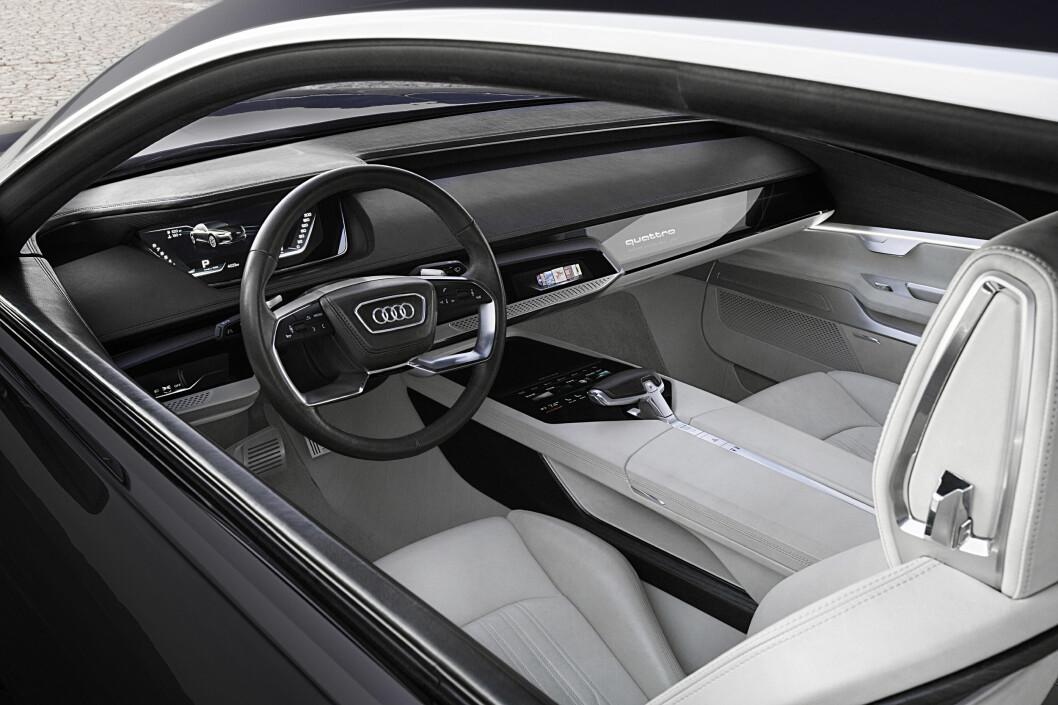 <strong><b>HITEC-COCKPIT:</strong></b> Høyteknologisk tekno-luksus, langt fra tradisjonelt salong-univers som hos Bentley og Rolls-Royce. Audi vil tydeligvis leve opp til sitt slagord: Forsprang gjennom teknologi. Foto: AUDI