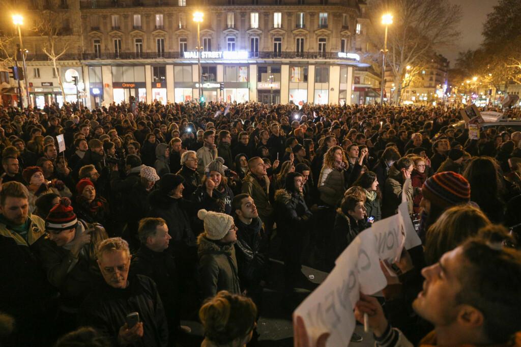 <b>PLACE DE LA REPUBLIQUE:</b> I går kveld samlet folkemengder seg flere steder i Paris og andre steder i verden, i demonstrasjoner mot terrorangrepet mot Charlie Hebdo.  Foto: SPLASH NEWS/ ALL OVER PRESS