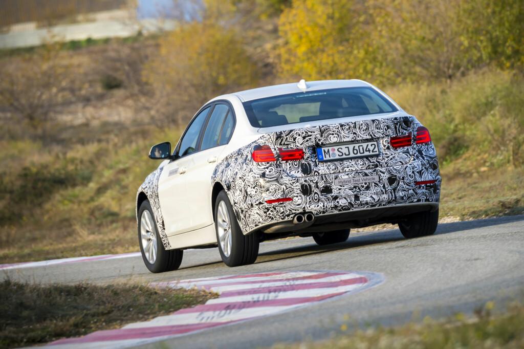 SITTER GODT: Ikke noe å si på kjøreegenskapene til den ladbare 3-serie-prototypen. Den har lavt tyngdepunkt, ypperlig vektfordeling og utmerket balanse og godt hjulpet av en godt dosert kombinasjon av krefter fra en elektrisk og en bensindrevet motor, gir dette en BMW som vi liker dem best. Foto: BMW