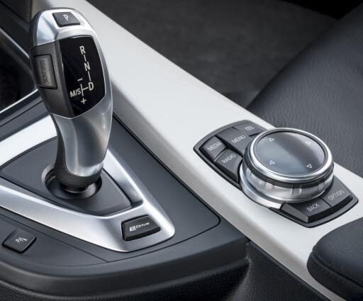 eDRIVE: Knappen foran girspaken forvandler BMW-en til elbil - hvis batteriene er ladet. BMWs elbil heter fortsatt i3, men den mer konvensjonelle 3-serien kommer altså med lademulighet om ikke lenge. Foto: BMW