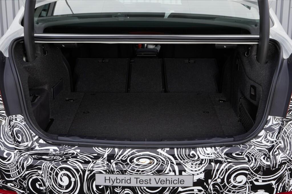 FORTSATT GOD PLASS: BMW har ikke villet inngå sjenerende kompromisser angående plassen for å få plass til batteripakken. Bagasjeromsgulvet er bare ørlite grann høyere. Foto: BMW