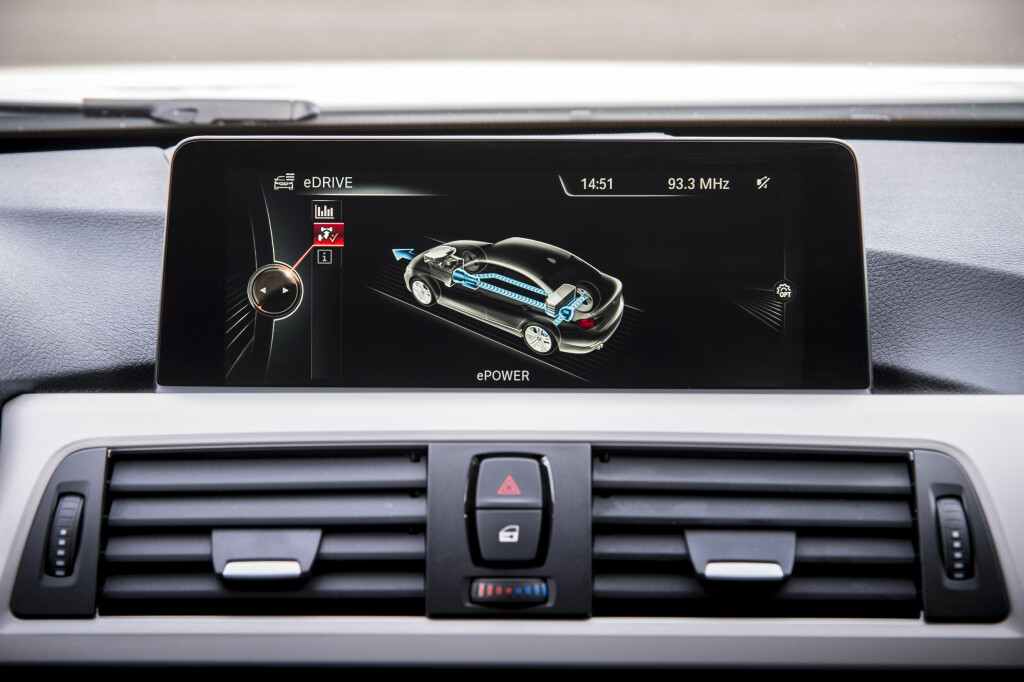 <b>ELBIL-MODUS:</b> Prototypen er konstruert for å tilby optimal kombinasjon av praktiske egenskaper og drivstoff-effektivitet. Derav en maksimal rekkevidde i el-modus på 35 kilometer. Toppfart med kun batteridrift: 120 kilometer i timen. Foto: BMW