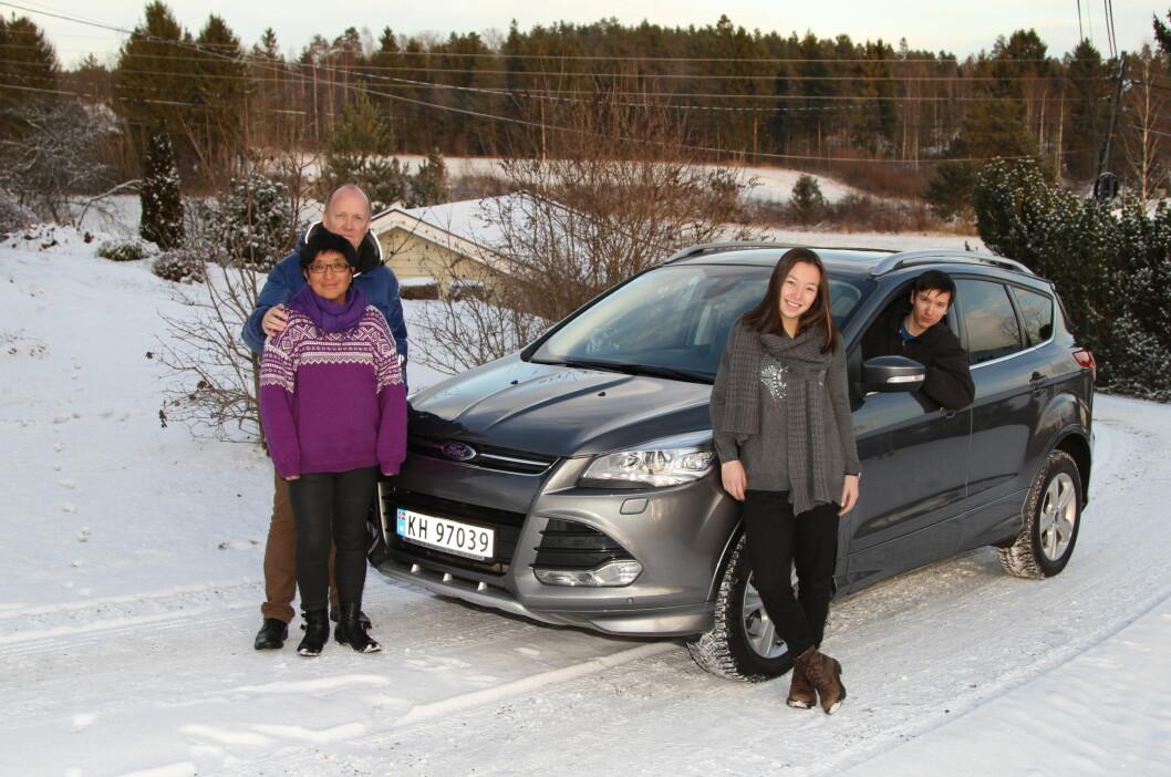 <strong><b>VALGTE KUGA:</strong></b> Oddhild Kari, Svein Åge, Eirin og Sindre Eriksen har valgt Diesel, Auromat og 4x4  for økonomi, sikkerhet og komfort.  Foto: RUNE M. NESHEIM