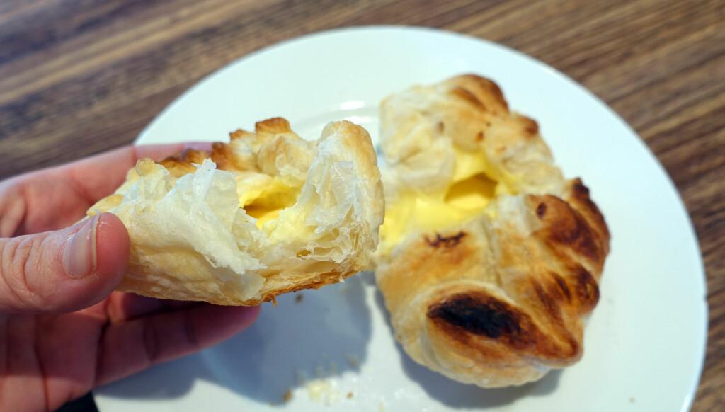 SPRØ OG LUFTIGE: Vi laget noen superenkle wienerbrød ved hjelp av butterdeigsplater og ferdig vaniljekrem. De ble veldig sprø og luftige. Foto: KRISTIN SØRDAL