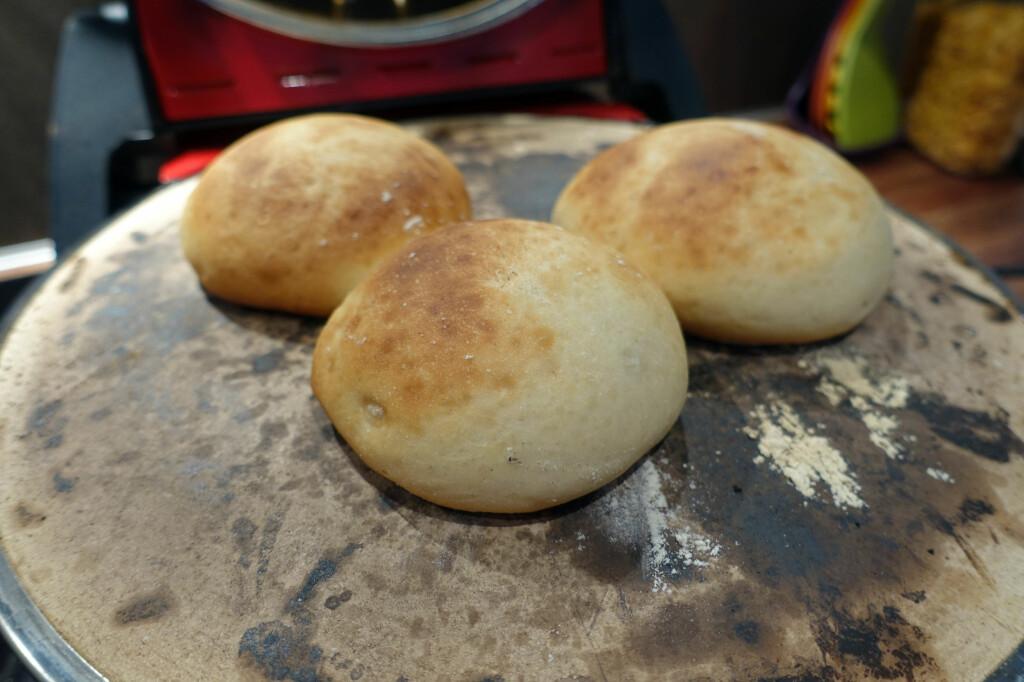 BOLLER: Vi stekte bollene i cirka 10 minutter i pizzaovnen, mot 8 minutter i stekeovnen. Foto: KRISTIN SØRDAL