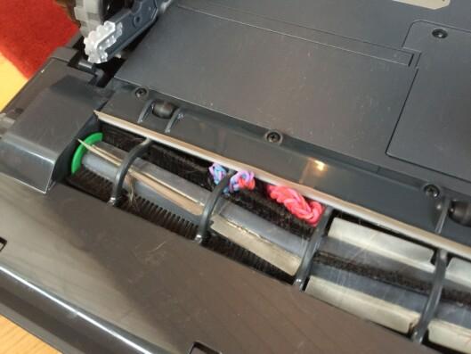 <strong><b>RYDD GULVET:</strong></b> Hårstrikker, skolisser og tynne kabler er støvsugerrobotenes store fiende.  Foto: ØYVIND PAULSEN