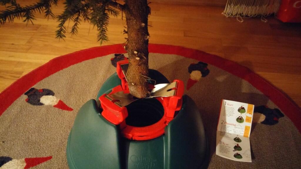 STØDIG NÅ: Treet plasseres på midten mellom klemmene. Foto: BRYNJULF BLIX