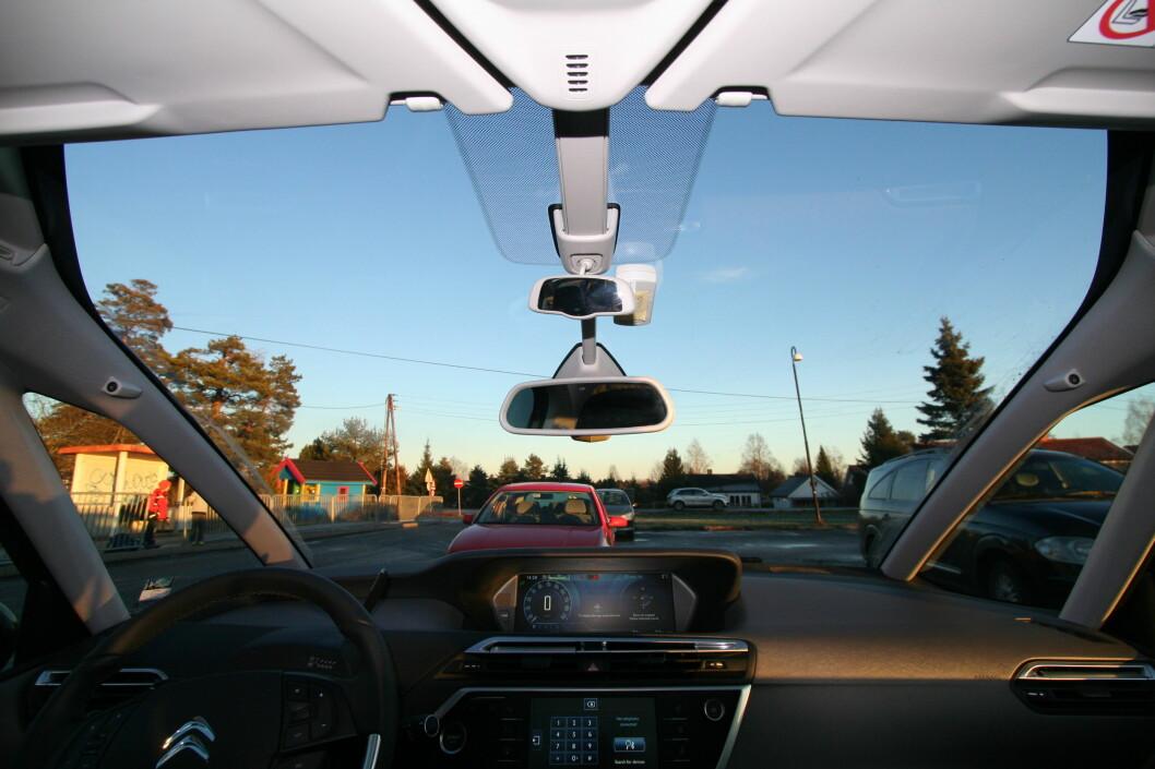 <strong><b>ET ALTERNATIV:</strong></b> Citroën har delvis løst problemet med dårlig utsikt i Grand Picasso på den analoge måten. A-stolpene er splittet, og har fått vindu imellom. Frontruten er trukket langt opp for panoramautsikt.  Foto: ARNSTEIN LANDSEM