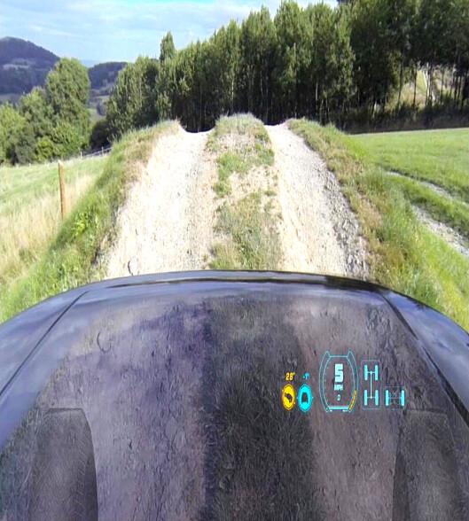 <strong><b>GJENNOMSIKTIG PANSER:</strong></b> Tidligere i år offentliggjorde Land Rover at de skal komme med gjennomsiktig panser på nye Discovery.   Foto: LAND ROVER