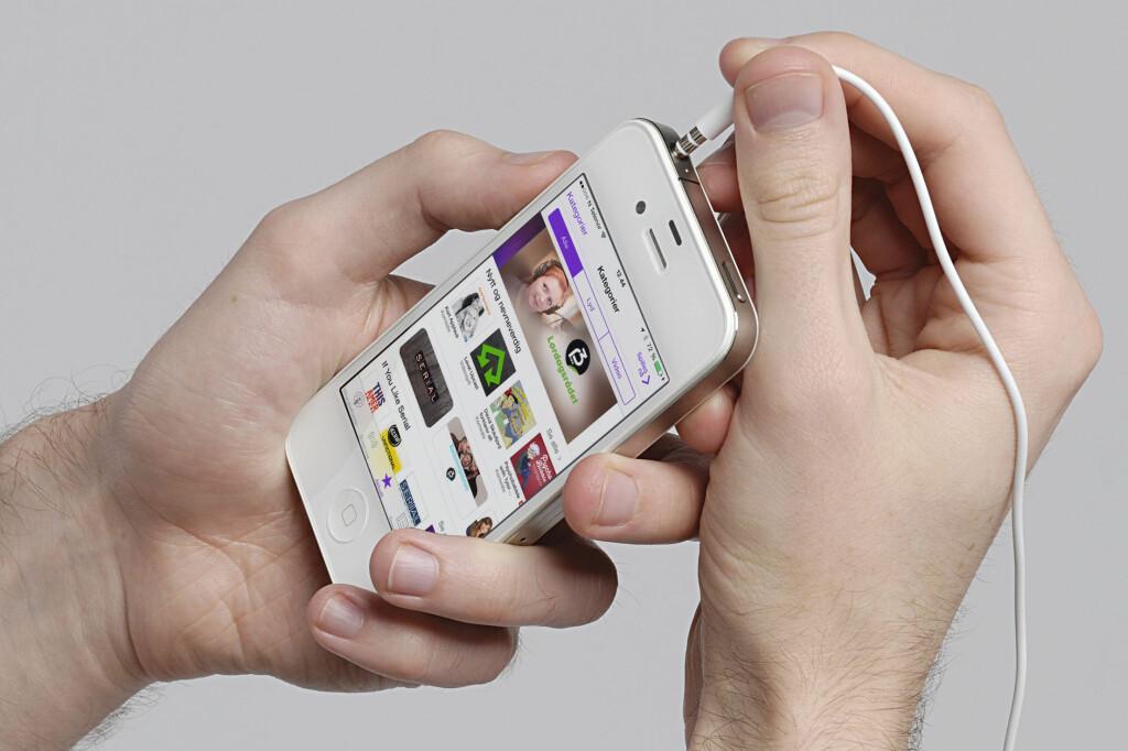 <b>ALRI HØRT EN PODKAST?</b> Det er ikke så vanskelig å komme i gang med. Finn frem mobilen, så skal vi fortelle deg hva du skal gjøre! Foto: ALL OVER PRESS / KIRSTI ØSTVANG