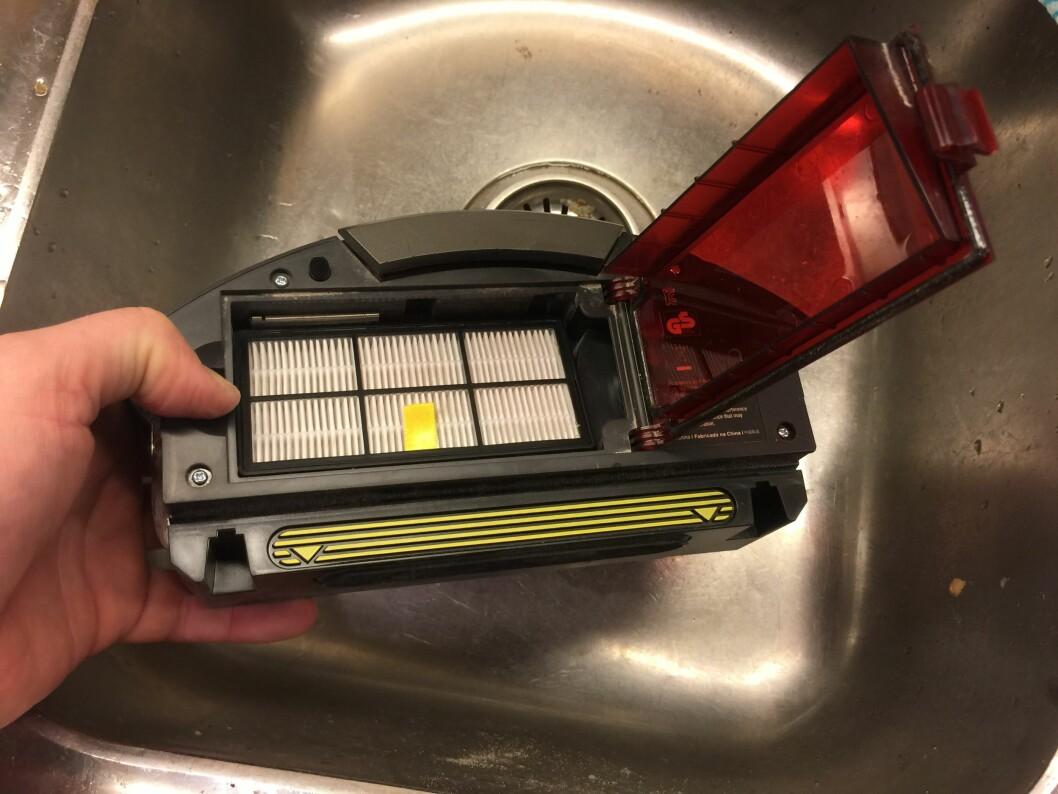 <strong>Tilgang til Hepa-filteret:</strong> Vipp opp det røde dekselet på støvbeholderen og ta den ut. Foto: ØYVIND PAULSEN