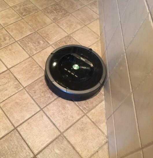 <strong><b>TETT INNTIL:</strong></b> Når Roombaen først har funnet ut hvor veggen er, kjører den helt inntil og jobber seg framover. Foto: ØYVIND PAULSEN